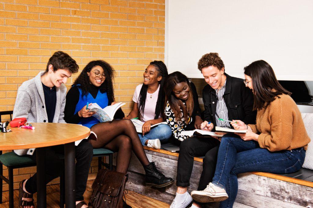 Groupe d'étudiants en conversation dans la salle commune