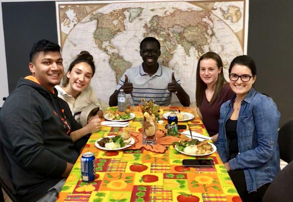 Étudiants autour de la table à l'Action de Grâces