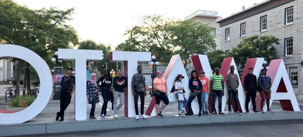 Groupe d'étuduants en sortie dans la Basse-ville d'Ottawa