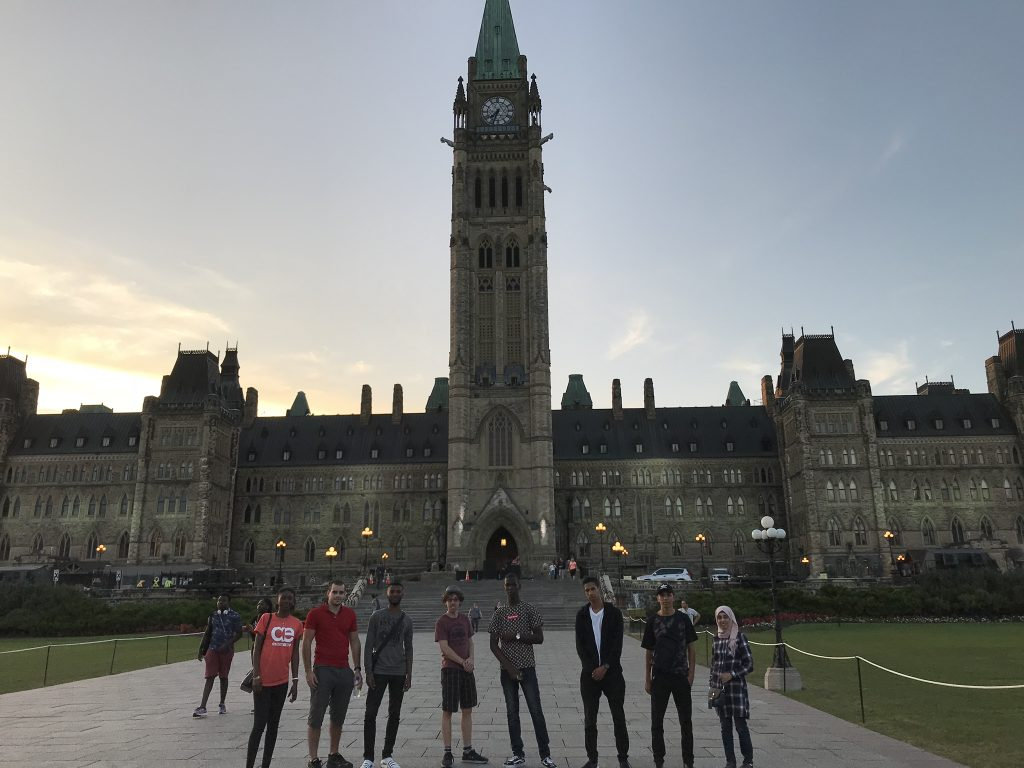 Groupe devant le Parlement d'Ottawa